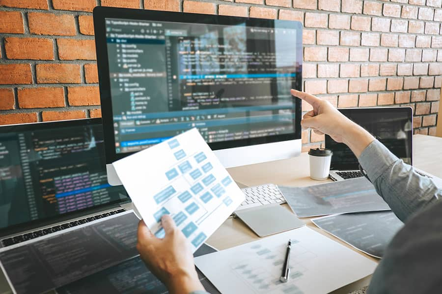 Equipo de programadores profesionales en lluvia de ideas